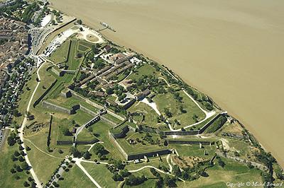 上空からのブライ地区とジロンド河