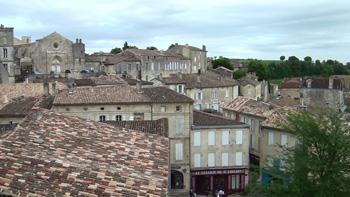 瓦の屋根と石の壁