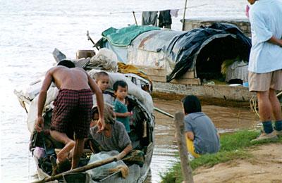 トンレサップ川河岸の小舟で生活する家族