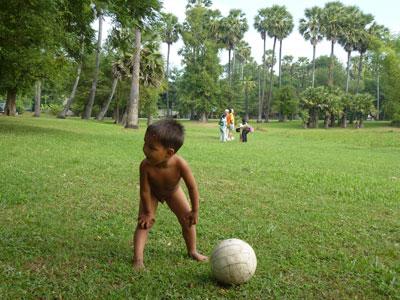 裸で遊ぶ子供