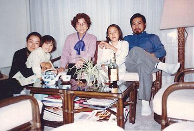 家族とフランスを訪問した母 (パリ、1986年)