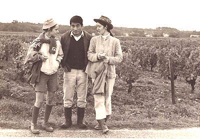 ボルドー近郊の葡萄酒造り農家の葡萄畑でアルバイトの女子学生らと(1970年晩秋)